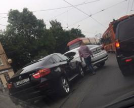 В центре Калининграда на трамвайных путях столкнулись два BMW X6