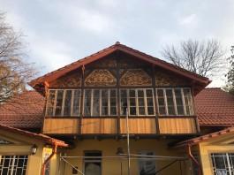 На историческом здании в Зеленоградске восстановили деревянное панно начала XX века