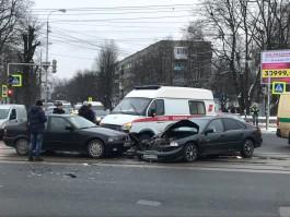 На Советском проспекте в Калининграде столкнулись скорая, БМВ и «Хонда»: есть пострадавшие