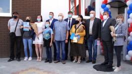 «Только люстру повесить»: в Калининграде вручили ключи бывшим жителям аварийного дома