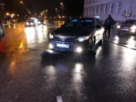 В центре Калининграда водитель «Тойоты» наехал на упавшую на дорогу щётку уборочной машины