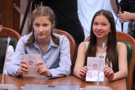 Антон Алиханов вручил паспорта калининградским школьникам