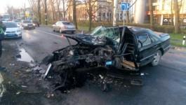 На Советском проспекте в Калининграде «Мерседес» врезался в дерево: пострадал водитель
