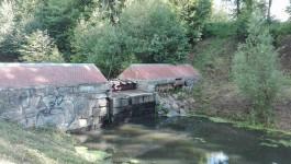 На ручье за Литовским валом восстановили немецкую плотину