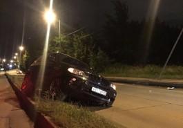 На улице Невского в Калининграде BMW X5 вылетел на разделительную полосу