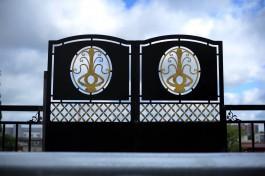 На путепроводе на улице Озерова установили ограждение с неизвестными символами