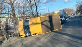 На улице Суворова в Калининграде перевернулся микроавтобус: на выезд из города образовалась пробка