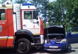 Очевидцы: На улице Киевской в Калининграде столкнулись пожарная машина и внедорожник