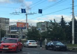 На Московском проспекте спортивный автомобиль Audi R8 снёс металлическое ограждение после ДТП