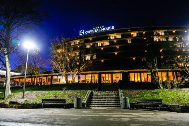 Прокуратура требует убрать гирлянды с деревьев возле отеля Crystal House в Калининграде