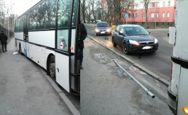 В Калининграде автобус выехал на тротуар и сбил дорожный знак