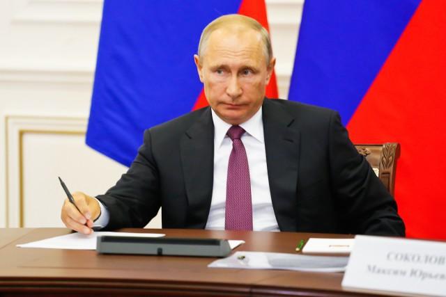 Владимир Путин продемонстрировал подарок главе ВТБ надень рождения