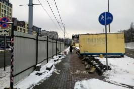 «Отрезают тротуар»: на улице 9 Апреля устанавливают забор для строительства офисного здания-треугольника