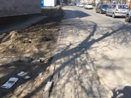 Зачем испортили тротуар возле школы на улице Гагарина?
