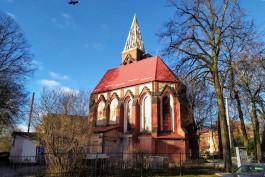 Рабочие восстанавливают шпиль кирхи Святого Адальберта на проспекте Победы в Калининграде