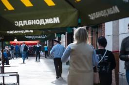 Полиция Калининграда ищет женщину, забравшую сумку с 75 000 рублей из «Макдоналдса»