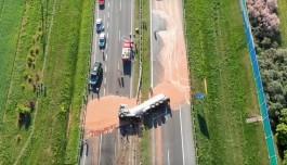 Тонны жидкого шоколада затопили трассу после аварии в Польше