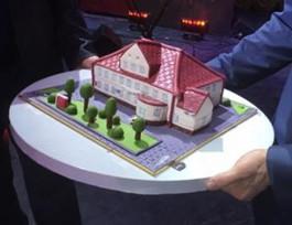 Заливатский продал с аукциона торт в виде здания администрации Янтарного