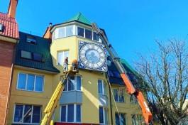 В Зеленоградске устанавливают часы с подсветкой на фасаде дома на Курортном проспекте