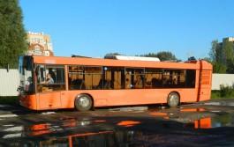 На остановке в Калининграде женщина ударилась об дверь автобуса