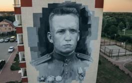 На фасаде дома в Калининградской области нарисовали 17-метровый портрет Николая Мамонова