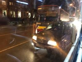 На Советском проспекте в Калининграде столкнулись автобус и внедорожник: образовалась пробка