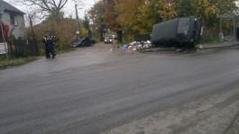 На улице Двинской в Калининграде после ДТП микроавтобус перевернулся на бок