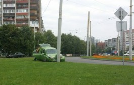 В Калининграде легковушка въехала в столб на кольце