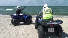 На Балтийской косе задержали водителя за выезд на пляж на автомобиле