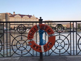 На набережных Преголи в Калининграде развесили круги для спасения утопающих