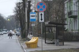 На проспекте Мира в Калининграде вандалы разбили остановку кирпичом
