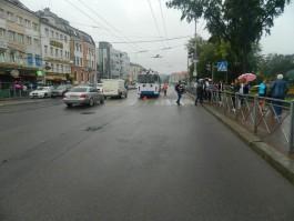 В Калининграде водитель троллейбуса сбил подростка на переходе