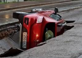 Владелица провалившегося под землю автомобиля подала в суд на мэрию Калининграда